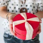クリスマスプレゼントの渡し方は彼氏とデートの時にサプライズ?家では?