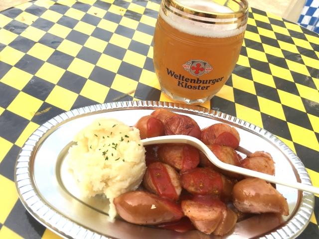 オクトーバーフェストのビールとソーセージの写真