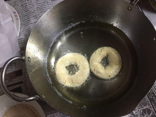 ドーナツを油で揚げる写真