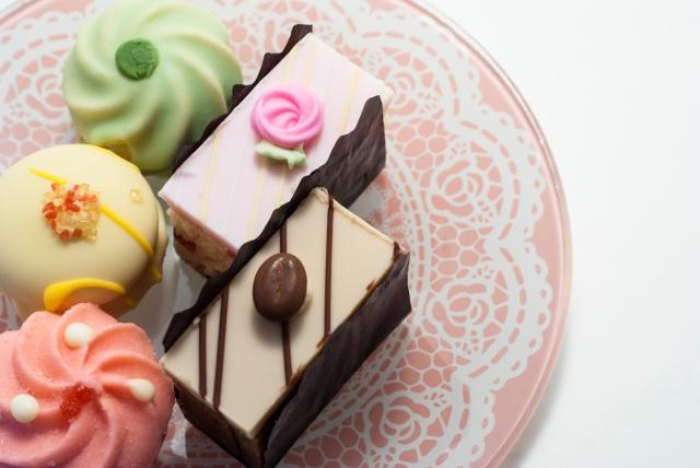 敬老の日のプレゼントでおばあちゃんへのかわいい洋菓子やおしゃれな花とスイーツセット